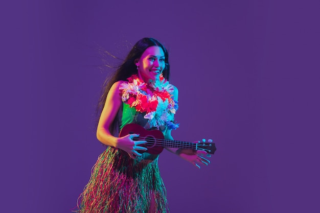 Fabulosa dançarina de cinco de mayo em roxo na luz de neon