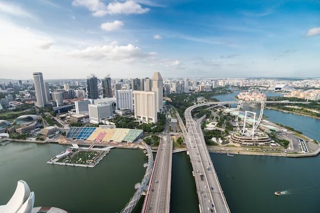 Fabulosa vista aérea superior da famosa piscina infinita na cobertura em um dia ensolarado com vista para o porto e arranha-céus icônicos.