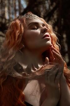 Fabuloso retrato de uma menina ruiva na natureza