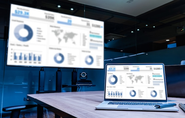 Faça a simulação da apresentação de slides do resumo das vendas na tela da televisão e no laptop com o notebook na mesa da sala de reuniões
