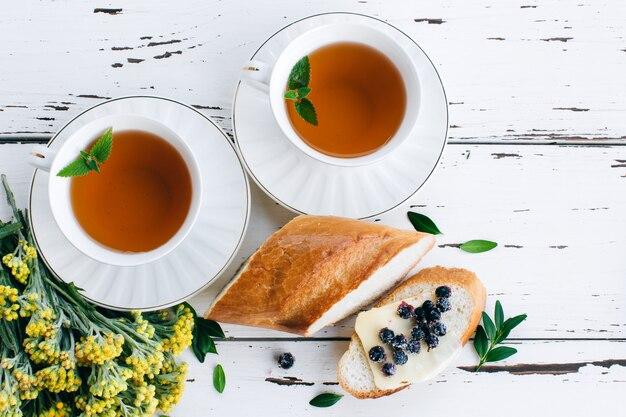 Faça café da manhã com chá de ervas e pão com manteiga e mirtilos