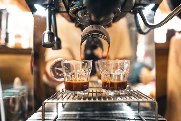 Faça café na máquina em casa, café em uma xícara na máquina