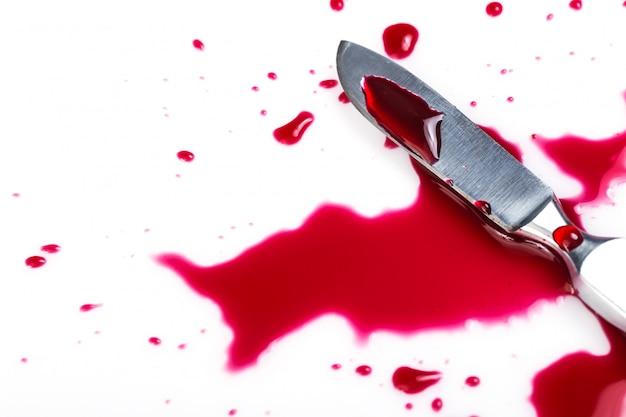 Faca com sangue