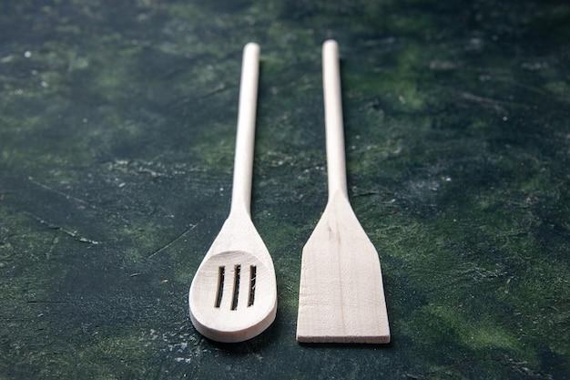 Faca de madeira, talheres de plástico branco no chão escuro, faca de madeira, faca de madeira, vista frontal, foto de comida
