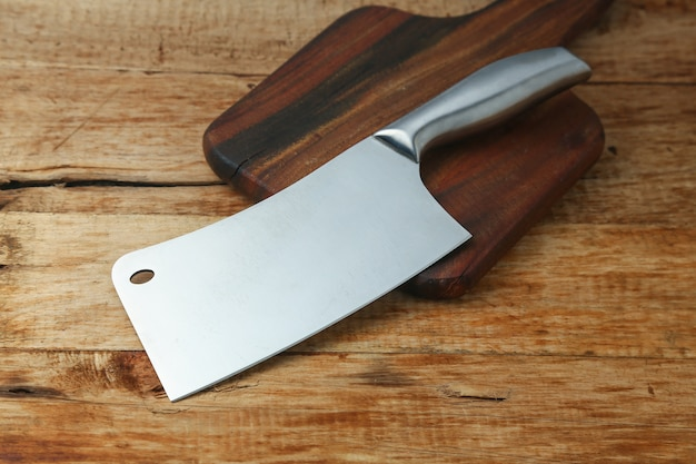 Faca de talho na tábua de madeira