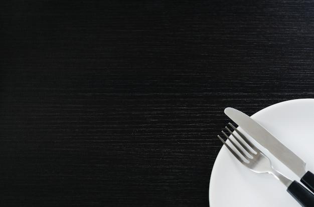 Faca e garfo em um prato