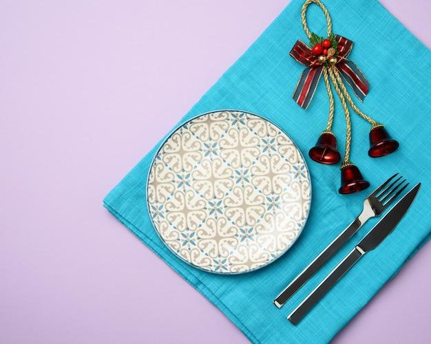 Faca e garfo para prato redondo de cerâmica branca e vazio