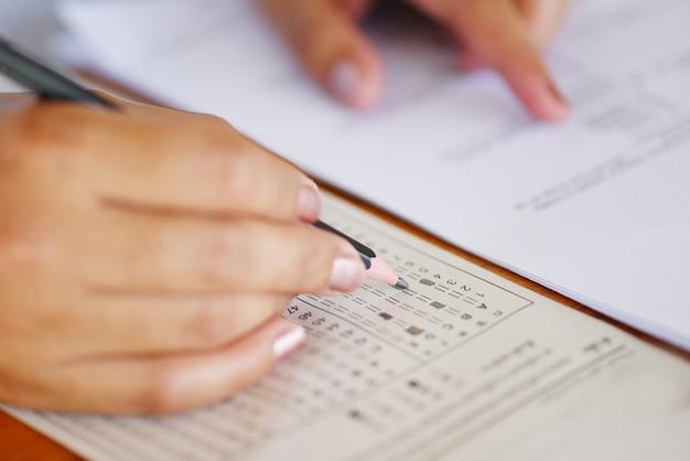 Faça exame, a, exame, final, escola secundária, mão, estudante, segurando, lápis