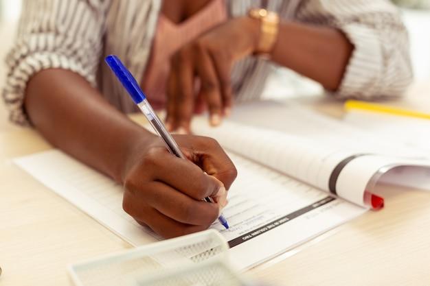 Faça exercício. foto focada no aluno que abre o livro ao passar no exame