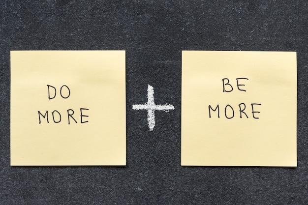 Faça mais e seja mais frases escritas à mão em notas adesivas