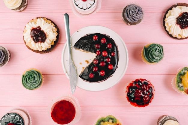 Faca perto de bolos e muffins