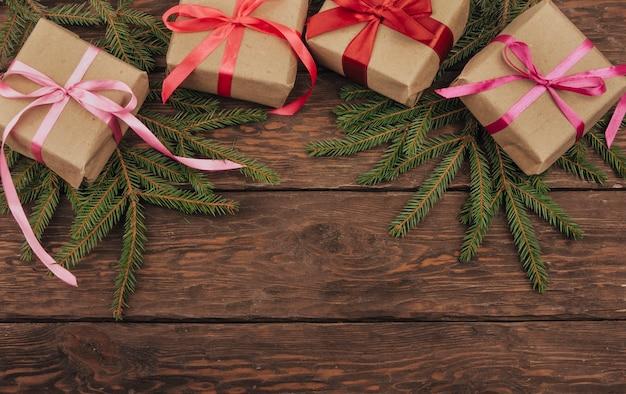 Faça presentes de natal em um fundo de madeira