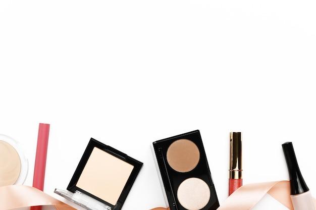 Faça produtos acima da borda horizontal em fundo branco.