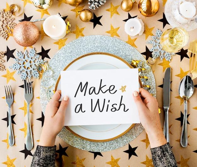 Faça um cartão de desejo e configurações de mesa festiva