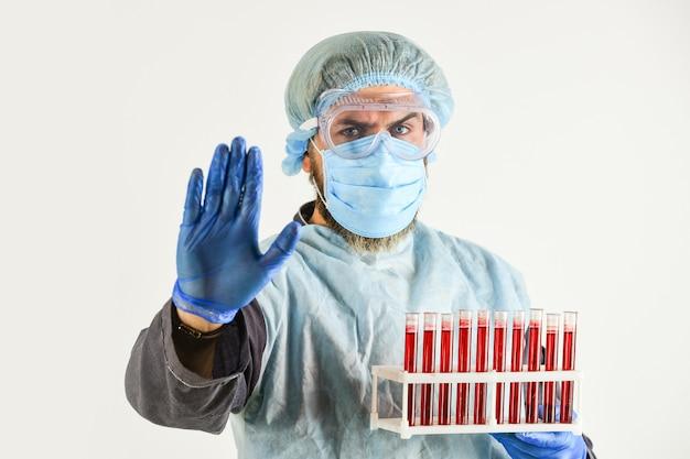 Faça um exame de sangue doe sangue para análise de surto de pandemia de coronavírus homem médico segure