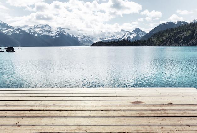 Faça uma caminhada até as águas turquesa do pitoresco lago garibaldi, perto de whistler, bc, canadá.