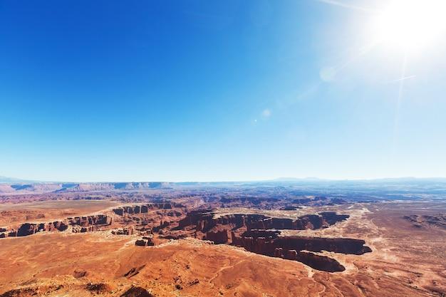 Faça uma caminhada no parque nacional de canyonlands, utah, eua.