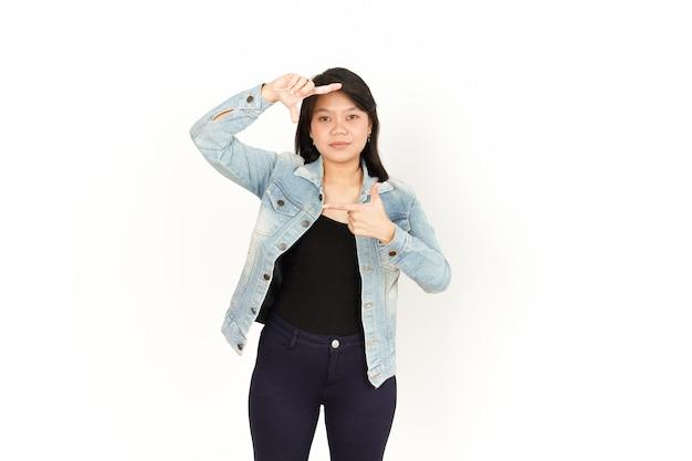 Faça uma moldura com as mãos de uma mulher asiática vestindo jaqueta jeans e camisa preta isolada no branco