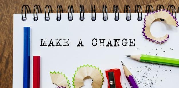 Faça uma mudança texto escrito em um papel com lápis no escritório