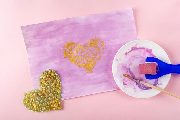 Faça você mesmo e a criatividade das crianças instruções passo a passo desenho de cartão de felicitações método não padrão a etapa imprime plástico bolha em forma de coração no papel dia dos namorados mulheres e mães