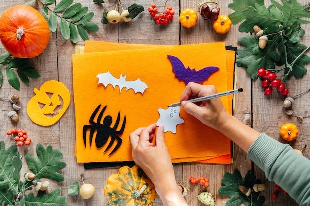 Faça você mesmo no dia das bruxas fazendo abóbora de feltro feito à mão e enfeites de morcego