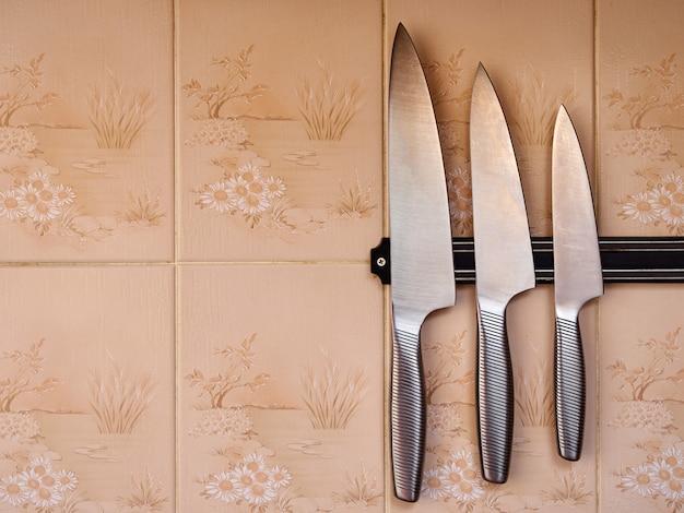 Facas de cozinha na parede tesoura de cozinha de malha