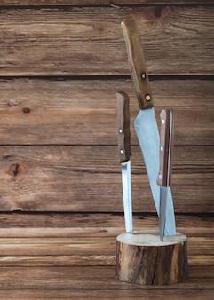 Facas de cozinha presas em um carrinho de madeira.