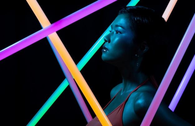 Face close up de cosméticos de alta moda e maquiagem com neon