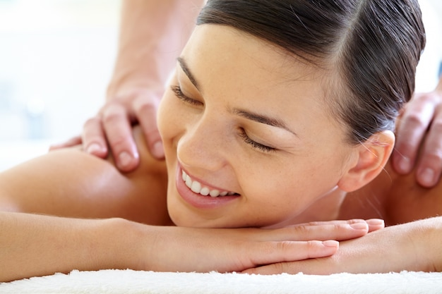 Face do close-up da mulher durante a massagem de luxo Foto gratuita