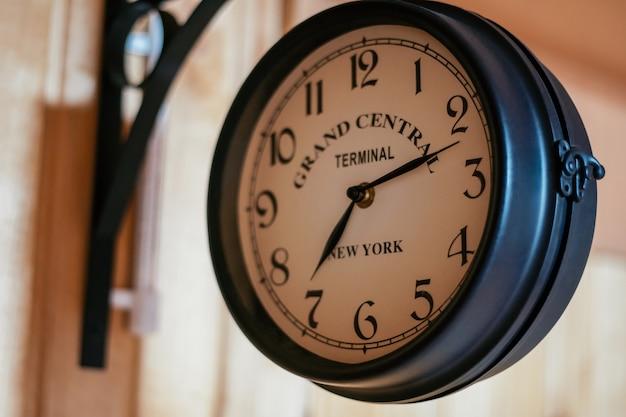 Face do velho relógio de parede vintage, com a inscrição grand cenrtal terminal new york