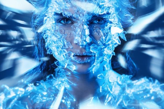 Face fêmea coberta com pequenos pedaços de vidro
