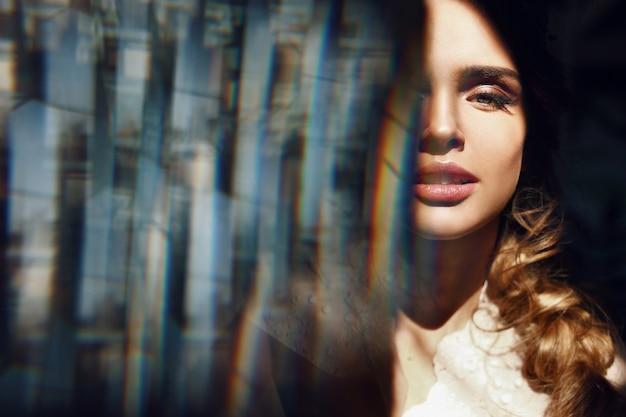 Face linda de mulher loira com lábios sensíveis