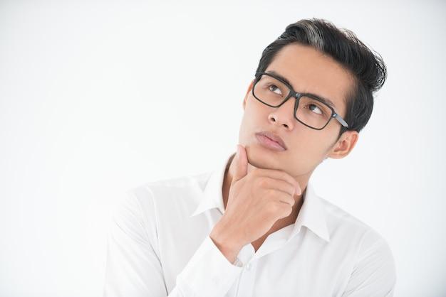 Face pensativa do jovem empresário em óculos