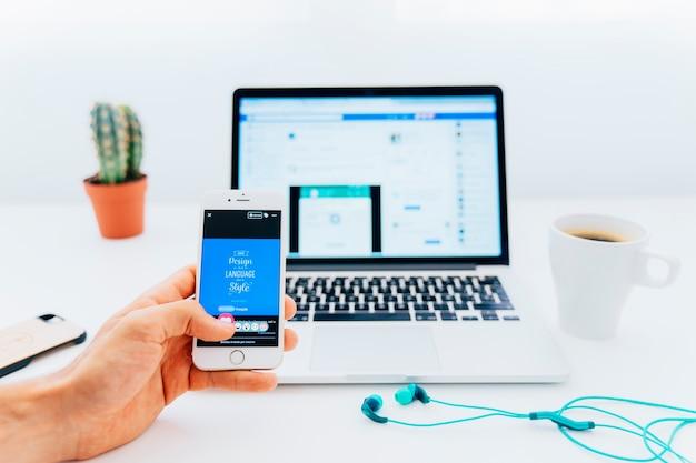 Facebook gosta no telefone e no laptop
