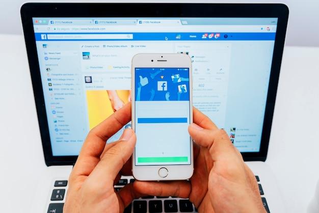 Facebook no telefone e no laptop
