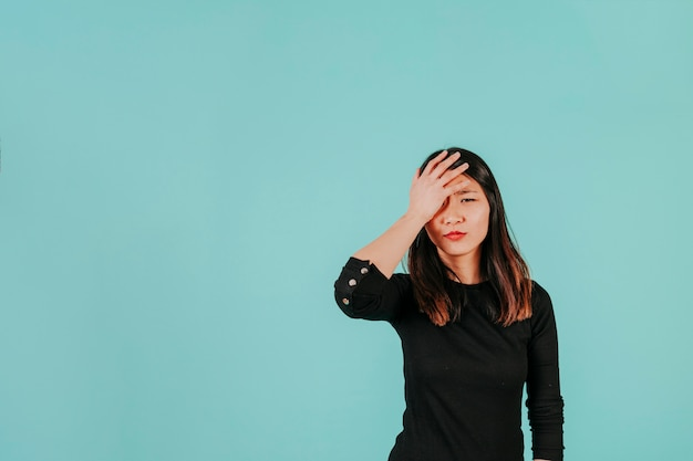 Facepalming mulher asiática