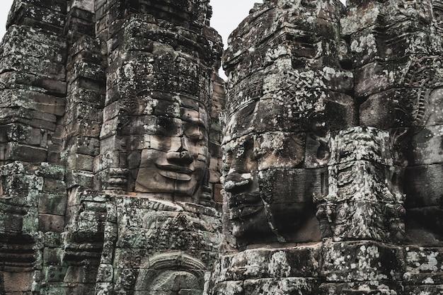 Faces do templo de bayon em angkor thom