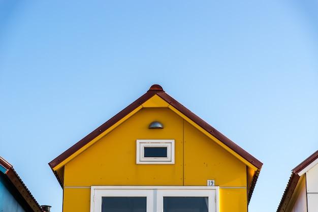 Fachada amarela de uma pequena casa no camping de nolle vlissingen, na holanda