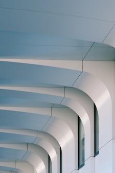 Fachada branca de um edifício moderno