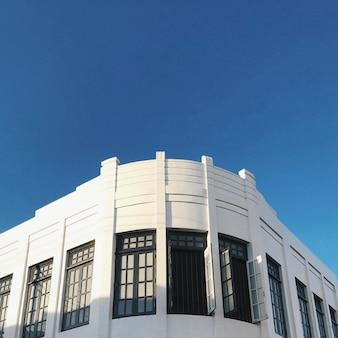 Fachada branca e céu azul