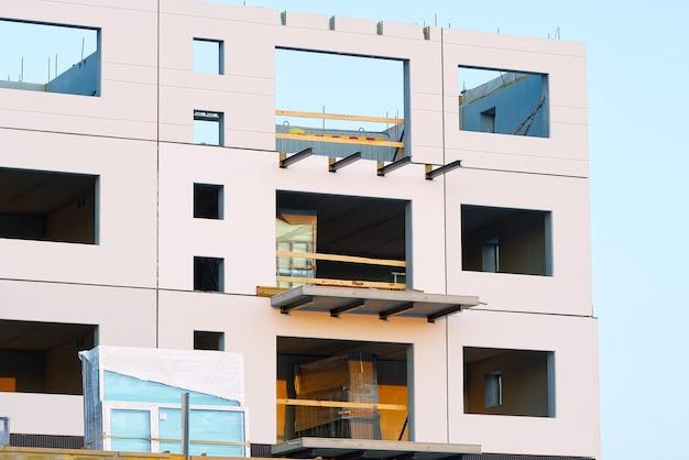 Fachada branca sem janelas de um prédio moderno