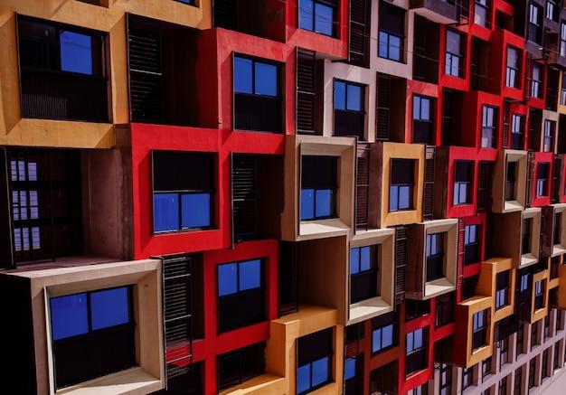 Fachada colorida de edifício moderno com janelas de apartamento