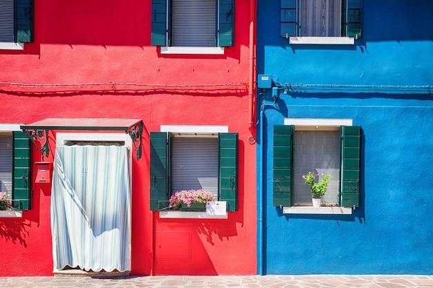 Fachada colorida na ilha de burano, província de veneza