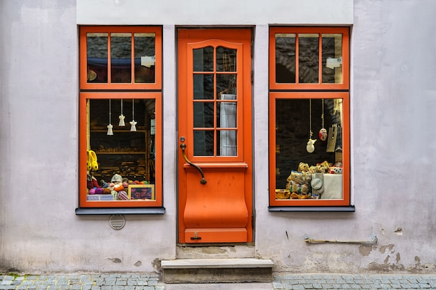 Fachada com portas e janelas de madeira e aspecto vintage antigo.