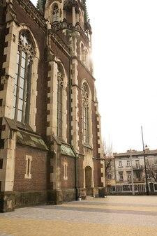 Fachada da bela igreja gótica com grandes janelas. lviv, ucrânia