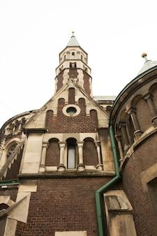 Fachada da bela igreja gótica com torres. lviv, ucrânia