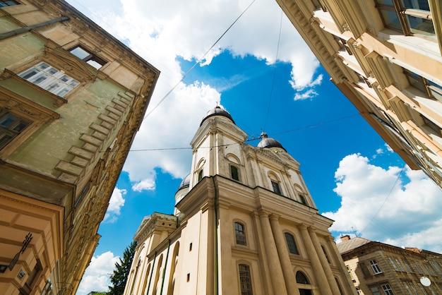 Fachada da igreja velha no céu azul em lviv, ucrânia