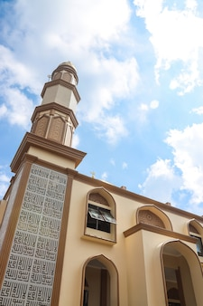 Fachada da mesquita com minarete