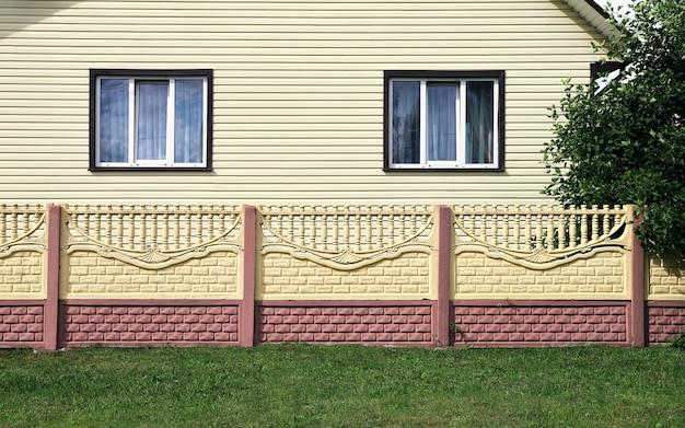 Fachada de cerca de concreto da casa