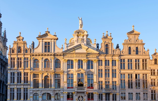 Fachada de edifícios ao pôr do sol na grand place